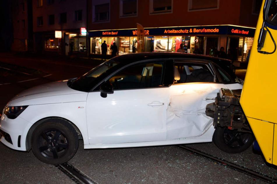 Der Fahrer dieses Audis wollte wohl trotz Verbot nach links abbiegen.