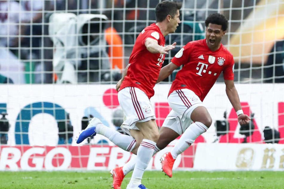 Robert Lewandowski (l.) erzielte den Treffer, der dem FC Bayern München den Weg zum Titel ebnete.