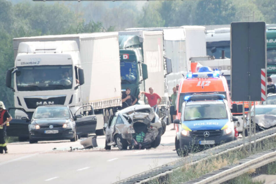 Ein Opel wurde bei dem Unfall völlig zusammengedrückt.