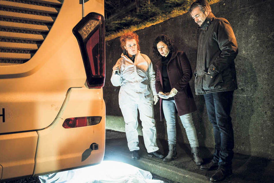 Spusi-Leiterin Corinna Haas (Fabienne Hadorn, 42) und die Kommissare Liz Ritschard (Delia Meyer, 50) und Reto Flückiger (Stefan Gubser, 60) untersuchen die Fernbus-Leiche.