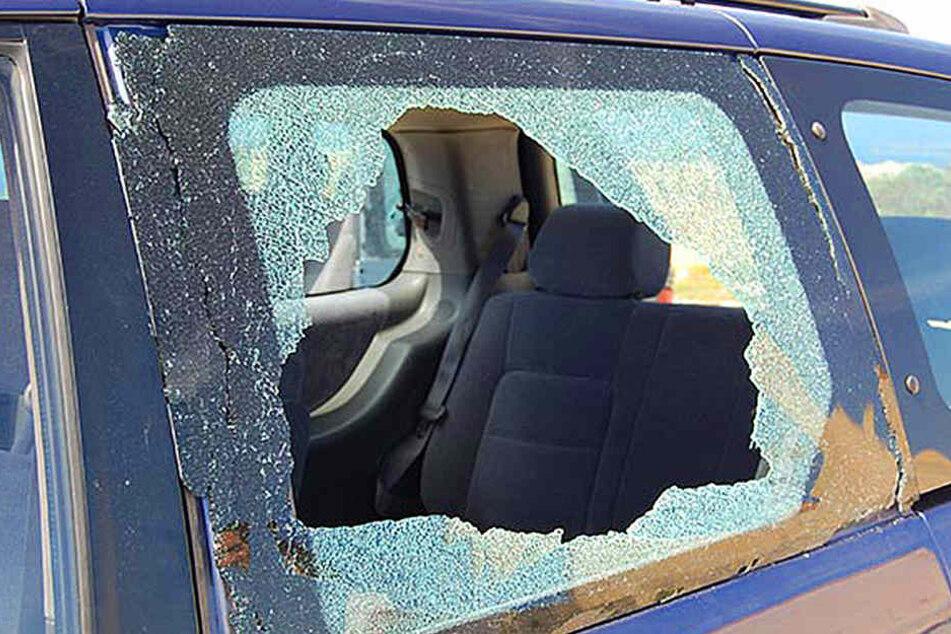 Immer wieder werden Scheiben eingeschlagen, um Wertgegenstände aus den Autos zu entwenden. (Symbolbild)