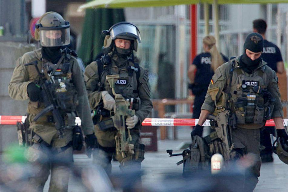 Polizisten verlassen den Hauptbahnhof, nachdem sie die dem Brand-Anschlag folgende Geiselnahme beendet haben.