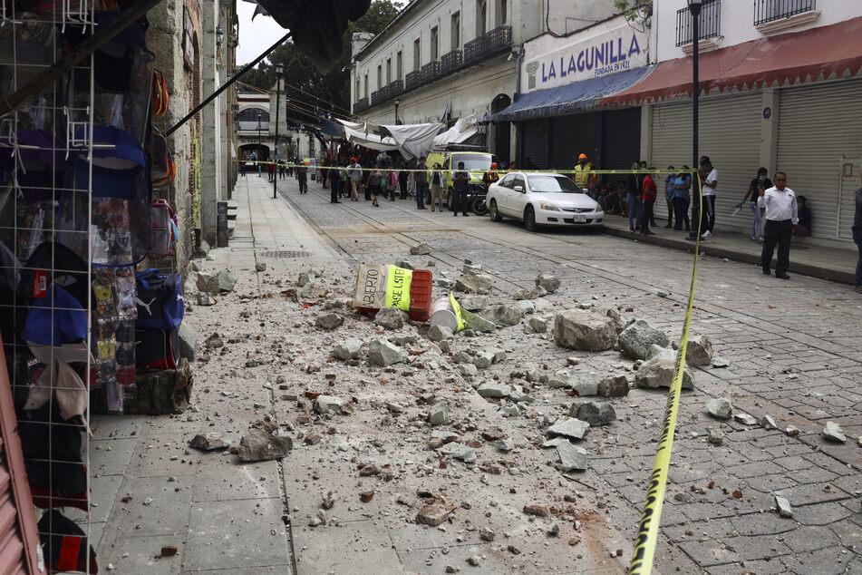 Straßen und Gebäude wurden durch das Beben stark beschädigt.