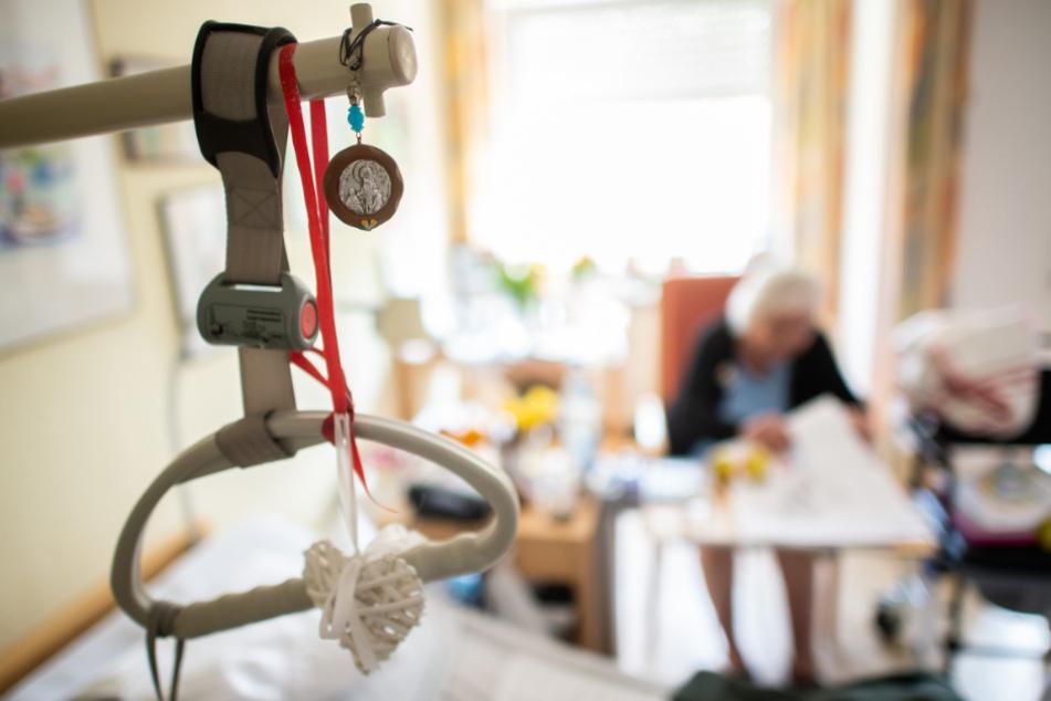 In dem Heim starben drei Bewohner, 27 wurden positiv auf das Coronavirus getestet. Zudem noch 13 Mitarbeiter. (Symbolbild)