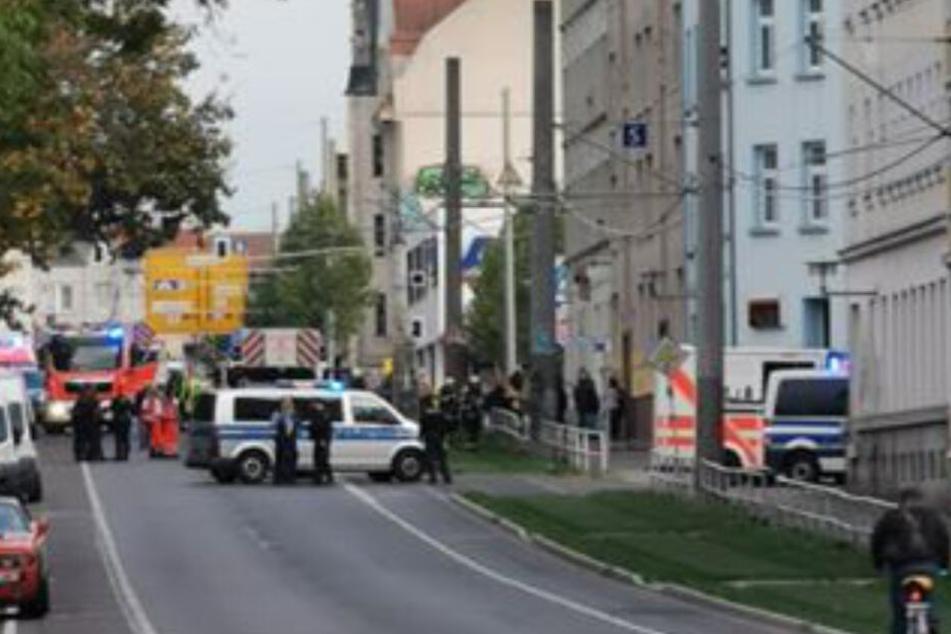 Die Georg-Schumann-Straße war am Montagnachmittag am Rathaus Wahren wegen eines Wohnungsbrandes voll gesperrt worden.