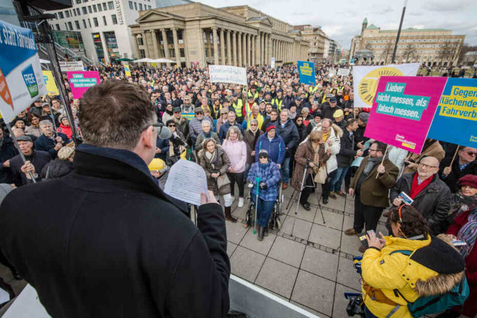 Bundestagsabgeordneter Stefan Kaufmann spricht bei der Demonstration auf dem Stuttgarter Schlossplatz.