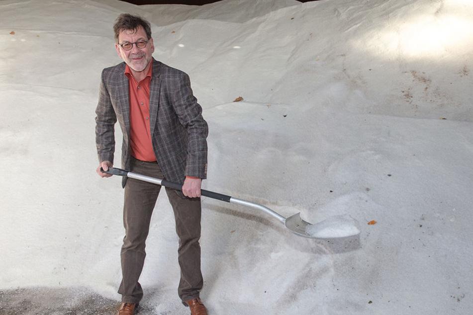 Die Salzlager von Reinhard Koettnitz (61), Chef des Straßen- und  Tiefbauamtes, sind gut gefüllt