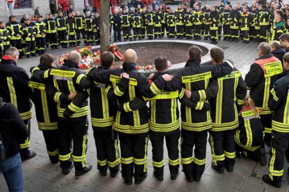 Am Königsplatz trauern Ferwehrleute um ihren toten Kollegen.