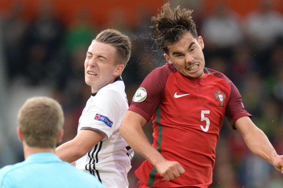 Deutschlands Max Besuschkow (l.) im Kopfballduell gegen Portugals Yuri Ribeiro am 14.07.2016 bei der U-19-Junioren EM.