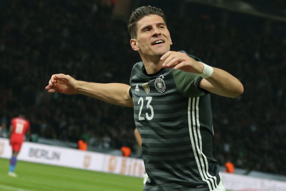 Darf er bei den anstehenden Quali-Spielen ran? Mario Gomez jubelt nach seinem Tor zum 2:0 im Freundschaftsspiel gegen England.