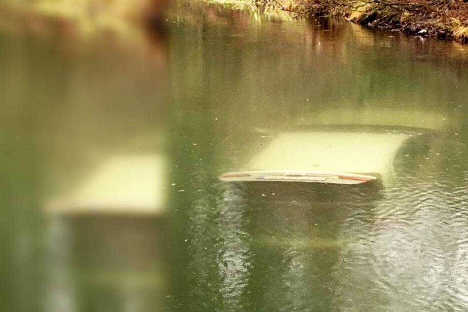 Feuchter Unfall! Auto rollt beim Entladen in Teich