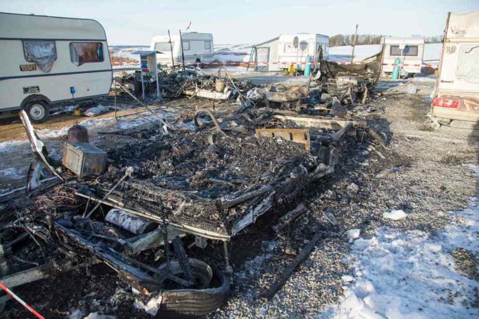 Drei Wohnwagen brannten vollständig aus.