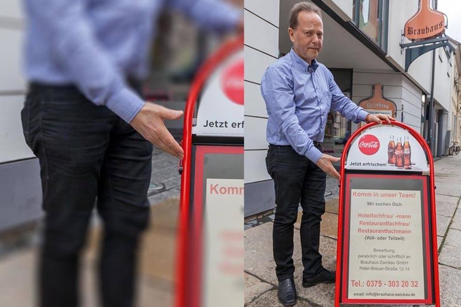 """Bernd Winkler (61) vom """"Zwickauer Brauhaus"""" wirbt mit einem Aufsteller vor seiner Gaststätte um neue Mitarbeiter."""