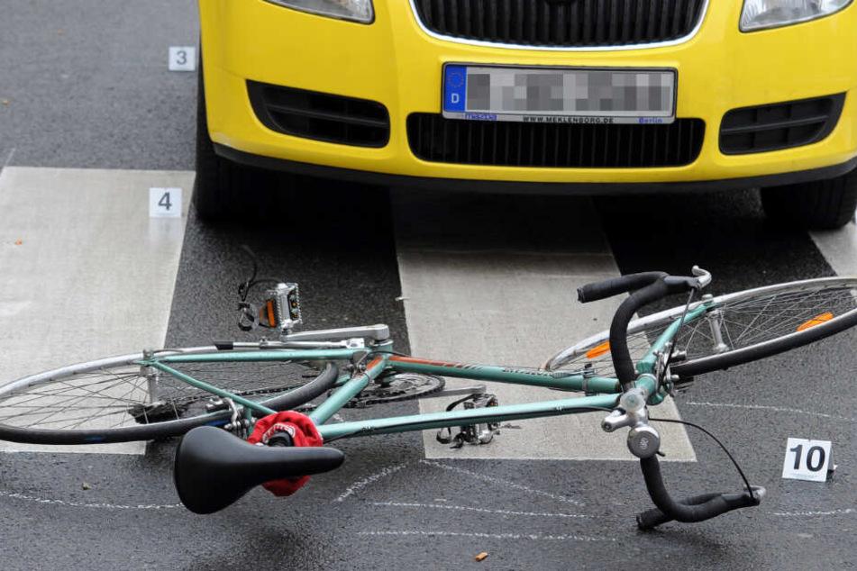 Vorfahrt missachtet! 81-Jähriger fährt Radlerin um