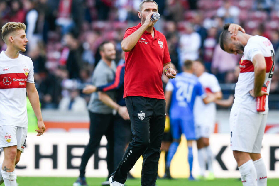 Santiago Ascacibar (l-r), Trainer Tim Walter und Emiliano Insua vom VfB Stuttgart reagieren nach dem Spiel.
