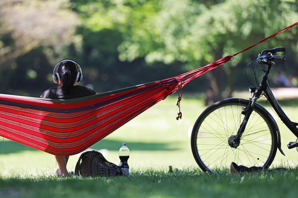 Eine Frau genießt im Kölner Volksgarten die Sonne. Die Temperaturen in NRW erreichen am Dienstag bis zu 19 Grad bei strahlendem Sonnenschein.