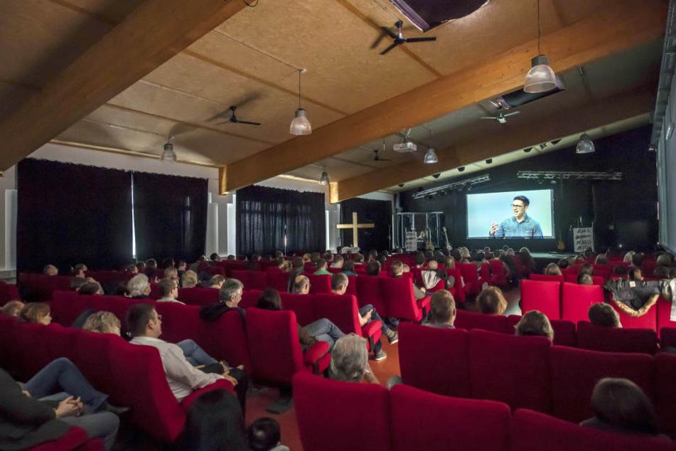 Die Predigt, die im ICF Karlsruhe stattfindet, wird dabei live auf einer Leinwand übertragen.