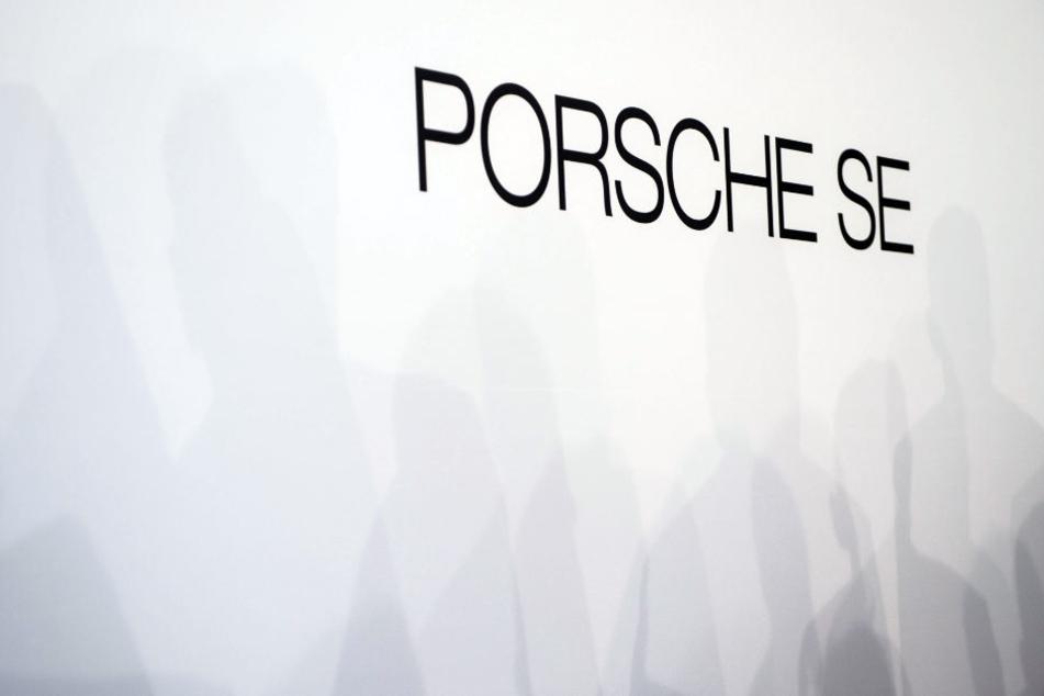 Das Logo der Porsche SE auf einer Wand. (Archiv)