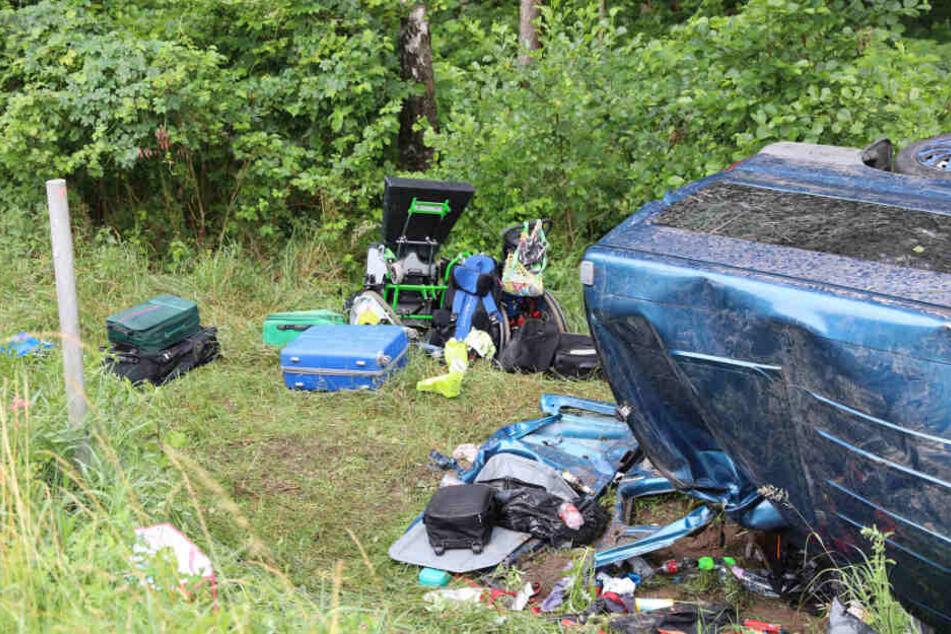 Zahlreiche Koffer und Gegenstände flogen bei dem Unfall aus dem Auto.