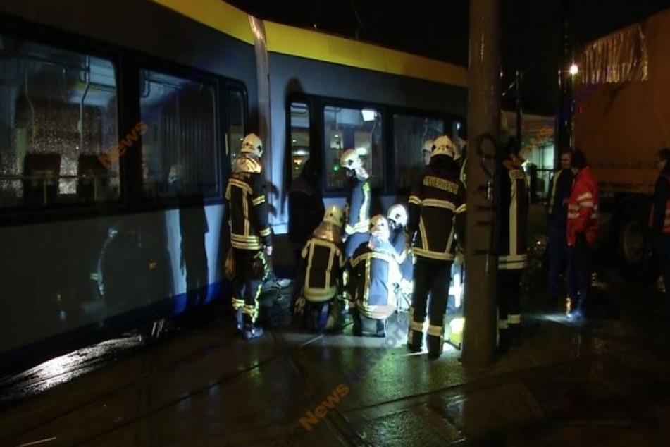 Kameraden der Feuerwehr stehen an der verunglückten XL-Tram. Sie ist am Straßenbahnhof Angerbrücke aus den Schienen gesprungen.