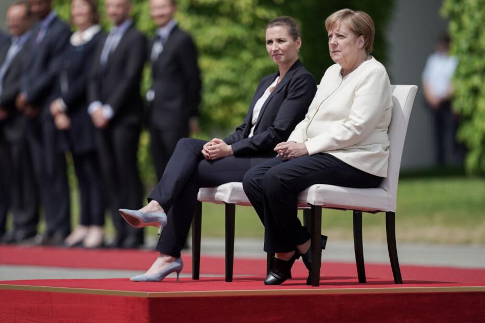 Angela Merkel und die dänische Ministerpräsidentin Mette Frederiksen nahmen während des Empfangs auf Stühlen Platz.