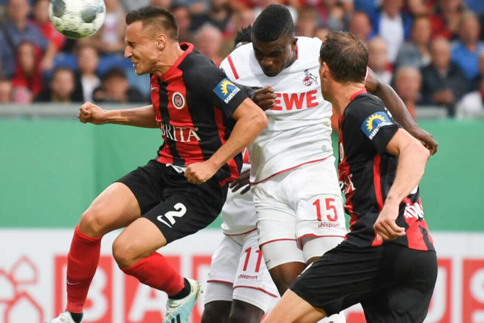 Kölns Jhon Cordoba (M) erzielte das Tor zum 1:0 gegen die Wiesbadener Dominik Franke (l) und Benedikt Röcker.