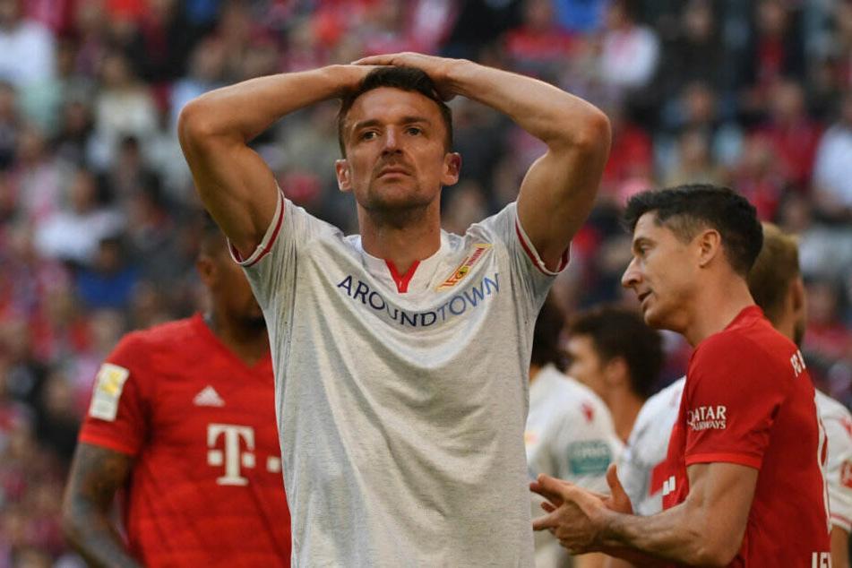 Christian Gentner steht enttäuscht nach der Niederlage bei Bayern München auf dem Platz.