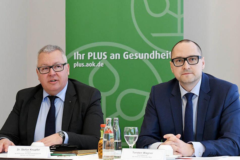 Stefan Knupfer (55, li), Vorstand der AOK Plus. Dort beträgt der Krankenstand übrigens 5,7 Prozent. Neben ihm Torsten Wagner (41), Geschäftsführer der Klinik am Tharandter Wald.