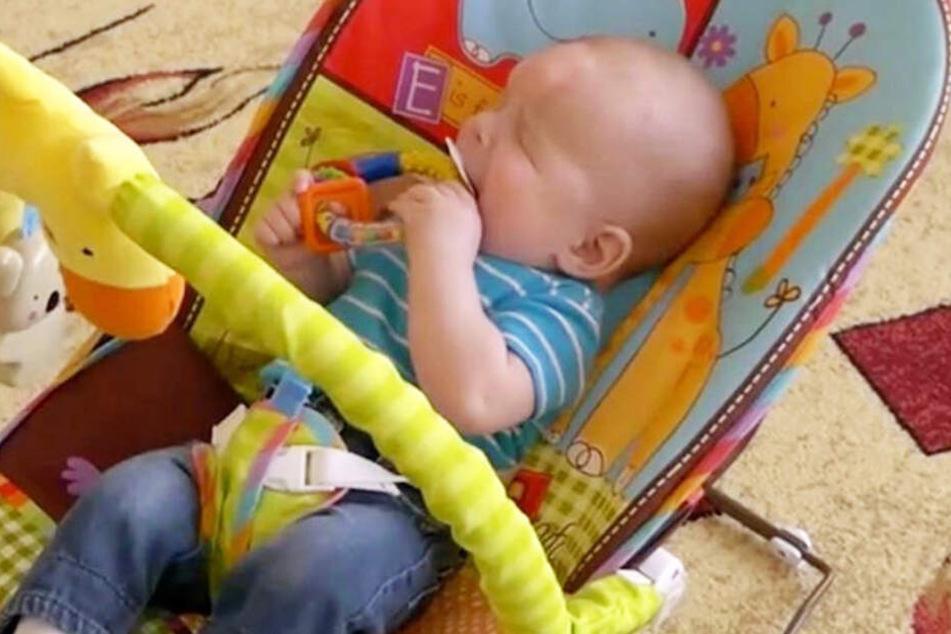 Seine Mutter hatte ihn schon vor der Geburt zur Adoption freigegeben, da sie sich nicht um das blinde Kind kümmern konnte. Die beiden gutartigen Zysten auf seiner Stirn werden bald entfernt.