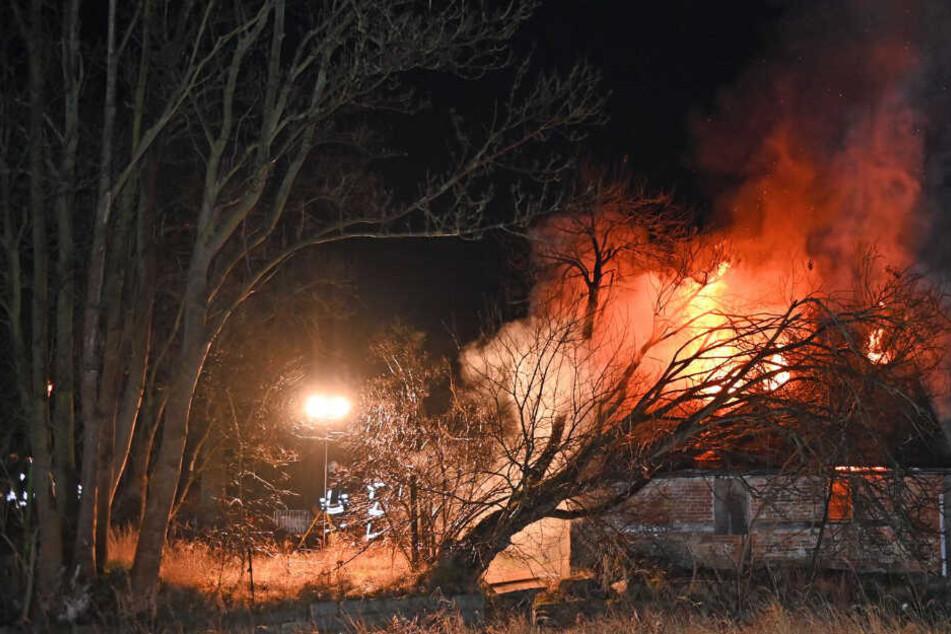 Mitten in der Nacht: Leerstehendes Haus fängt Feuer und brennt lichterloh