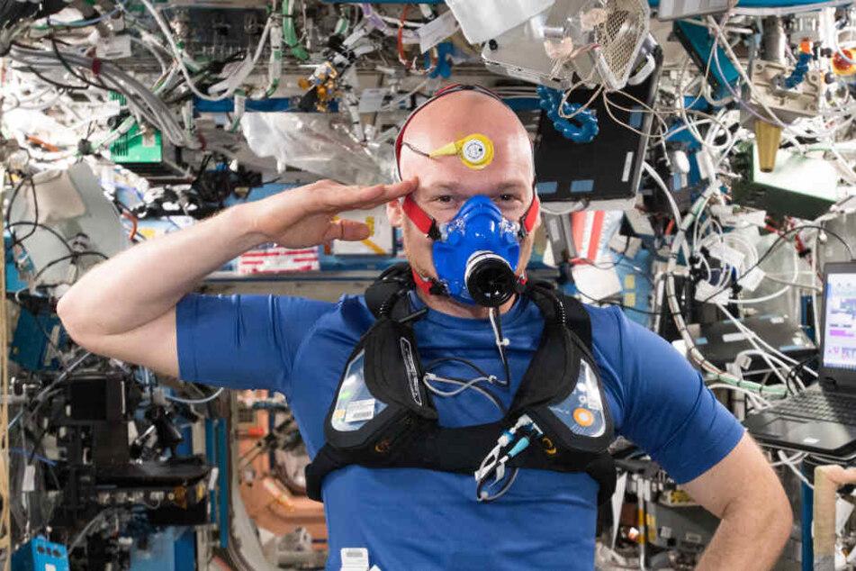 Alexander Gerst grüßt von der ISS.