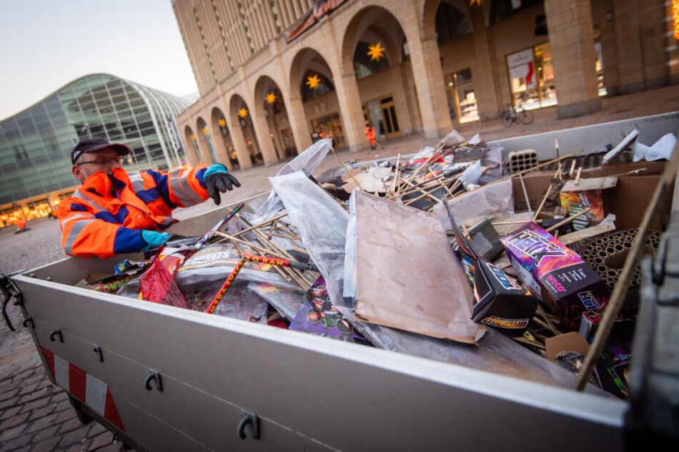 Mitarbeiter des Stadtreinigungsdienstes räumten am Mittwoch bergeweise Silvestermüll weg.
