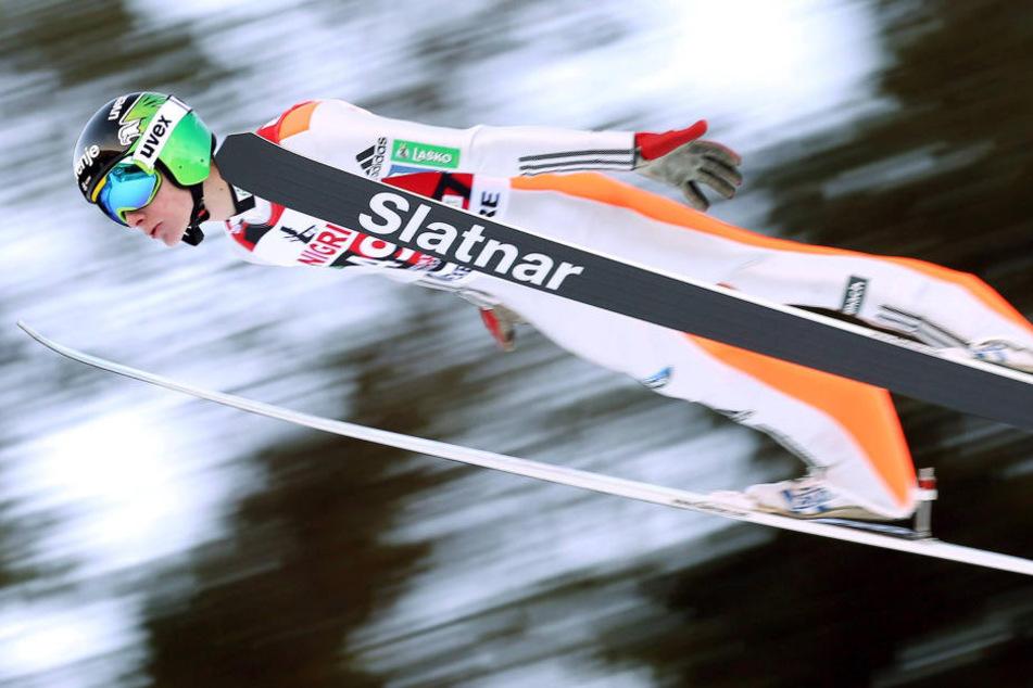 Das war knapp! Am Ende hatte Slowene Domen Prevc (17) aber die Nase vorn und ließ Norweger Daniel Andre Tande (22) hinter sich.