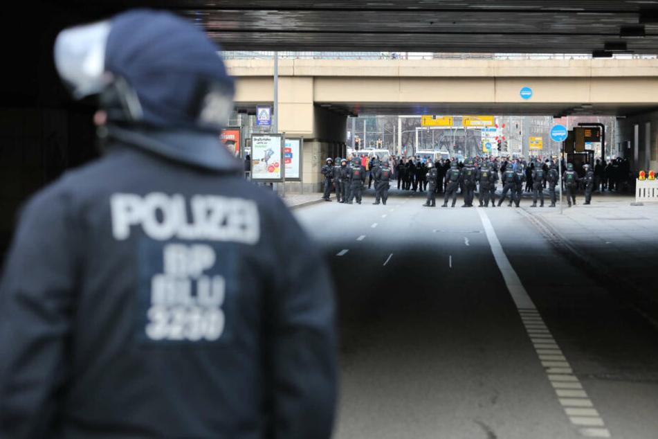 Die Polizei trennt die Rechten von den Gegendemonstranten.