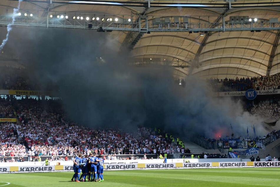 Fans des KSC zündeten im April 2017 Pyrotechnik. (Archivbild)
