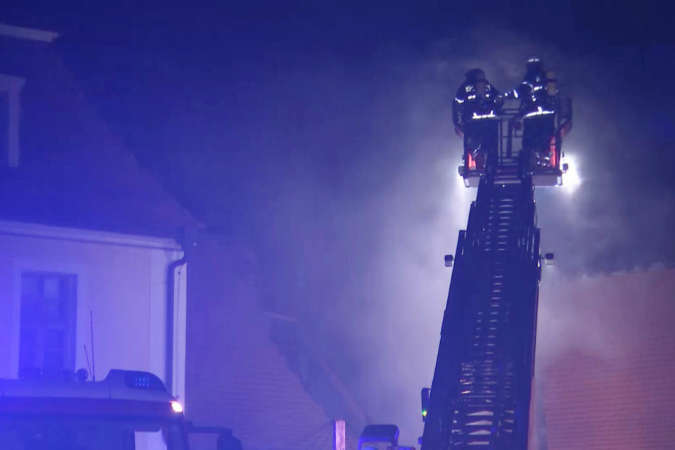 Schwelbrand im Dachstuhl: Unbekannte zünden Schloßgebäude an!