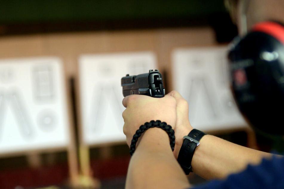 Ein Polizist trainiert in einer Landespolizeischule am Schießstand. (Symbolfoto)