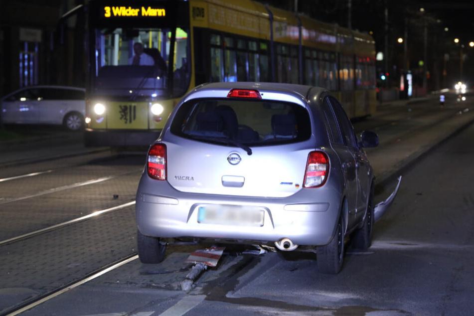 Unfall auf der Großenhainer: Nissan-Fahrer übersieht Straßenschild