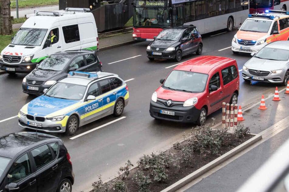 Autofahrer missbraucht Rettungsgasse, dann rammt er ein Polizei-Auto