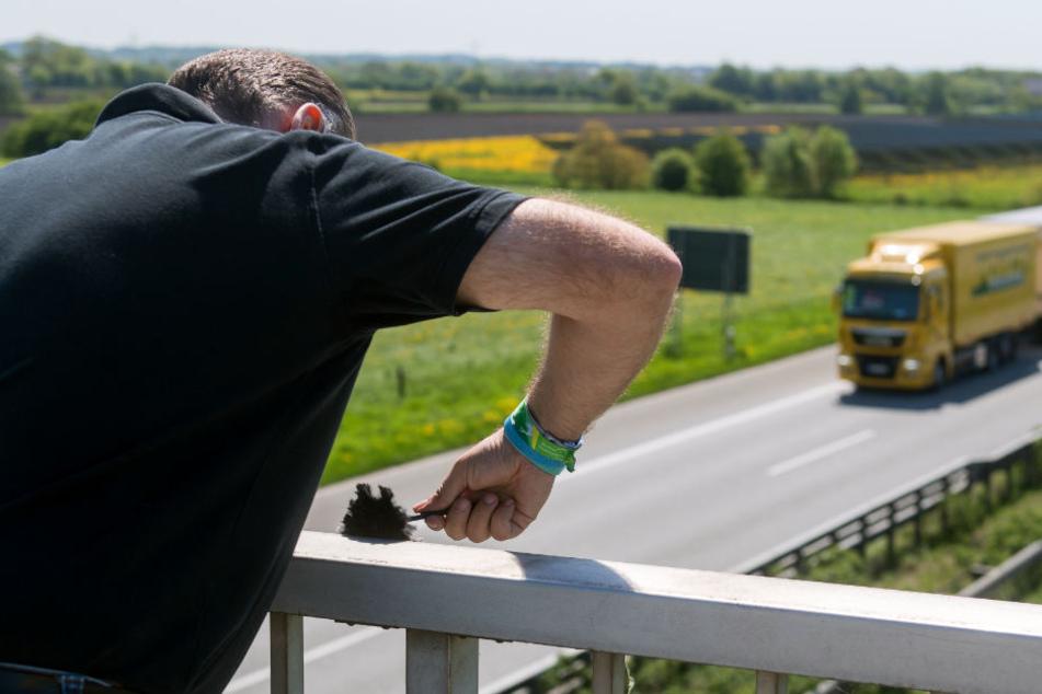 59-Jährige erschrickt auf A2: Gegenstand kracht aufs Auto