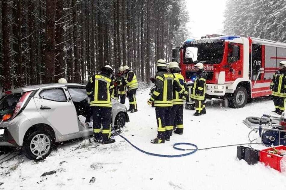 Mann gerät auf schneebedeckter Straße in Gegenverkehr und tötet Frau