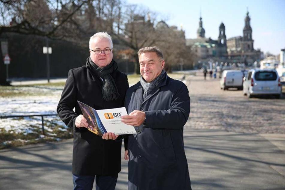 Stadtfest-Organisator Frank Schröder (48, l.) und Turm-Chef Thomas Schneider (58) am ersten geplanten Turm-Standort am Terassenufer unterhalb der Carolabrücke.