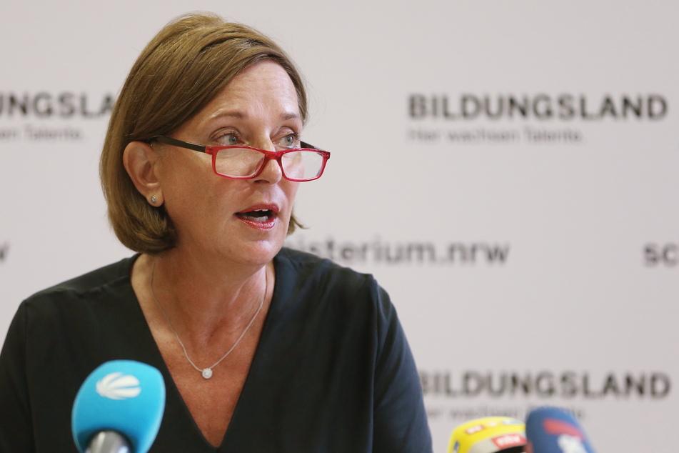 Schulministerin Yvonne Gebauer (55, FDP) möchte Eltern und Lehrern die neuen Pläne für das kommende Schuljahr präsentieren.