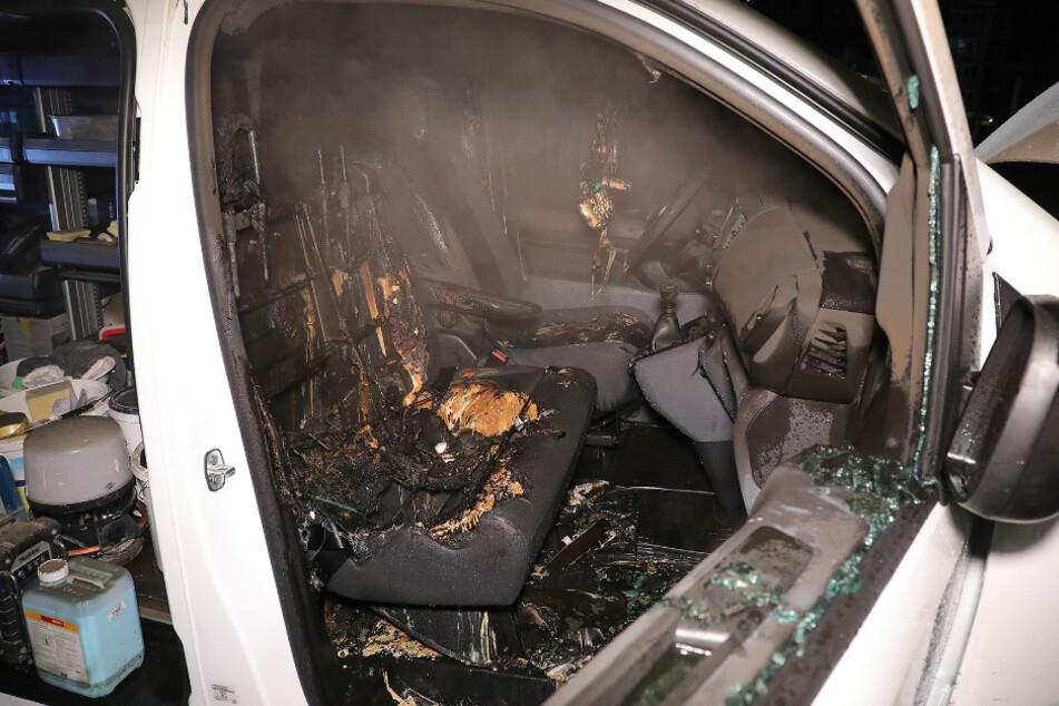 Der Kleintransporter brannte im Fahrgastraum völlig aus.