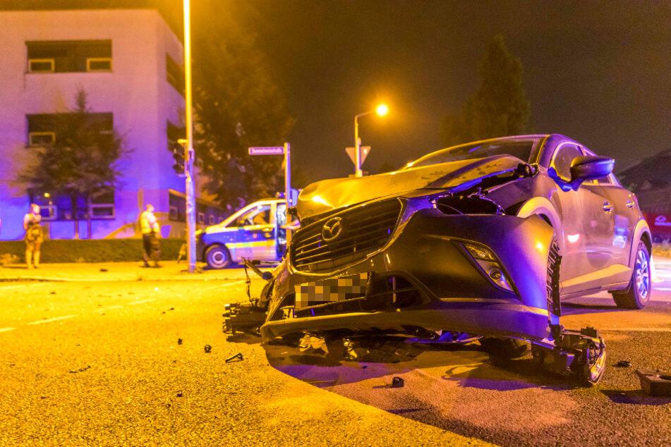 Die Front des Unfallwagens ist nahezu komplett zerstört worden.