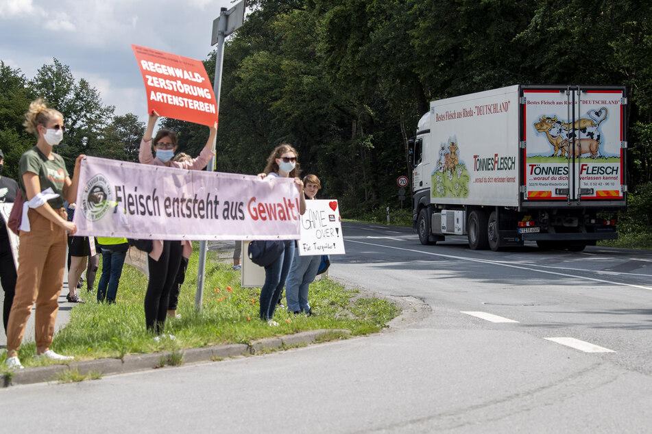 Tierschützer demonstrieren vor dem Betriebsgelände der Firma Tönnies. Das Unternehmen sorgte mit zahlreichen Corona-Infizierten für Schlagzeilen. Nun stehen die Bedingungen von Fleischproduktionen vielerorts in Kritik.