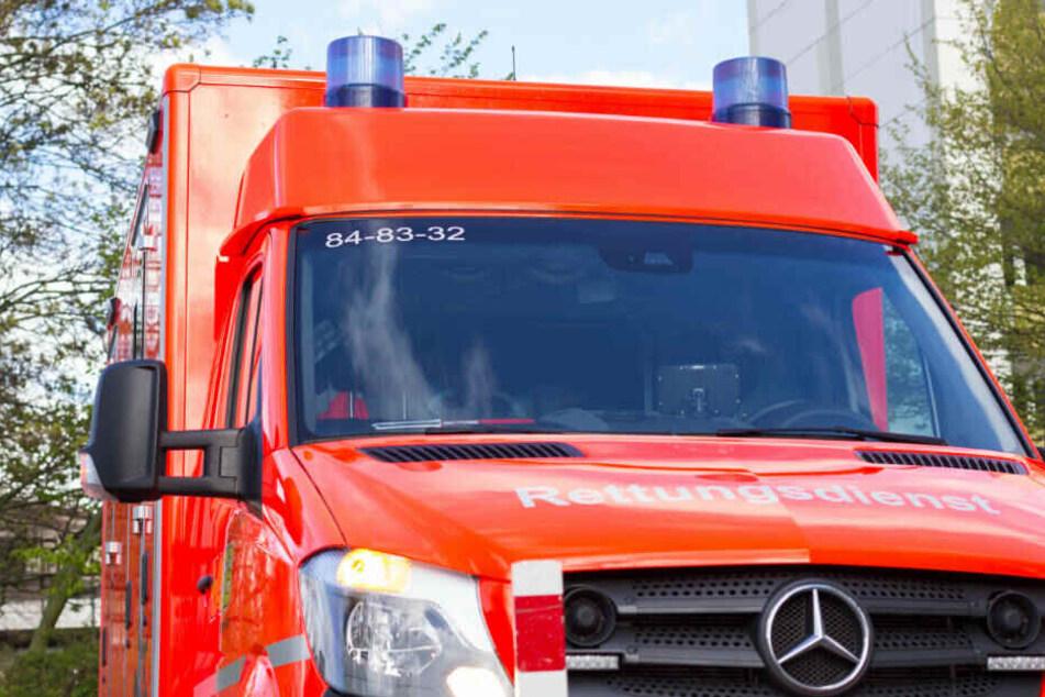 Zwei Personen musste nach dem Unfall mit dem Rettungswagen ins Krankenhaus gebracht werden (Symbolbild).
