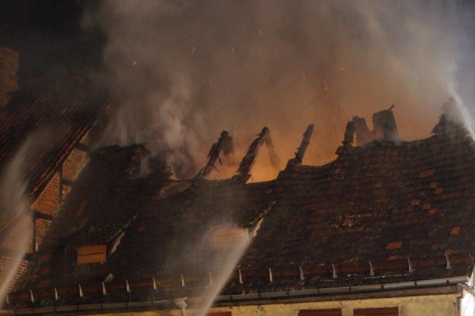 Das Fachwerkhaus brannte komplett aus. (Symbolbild)