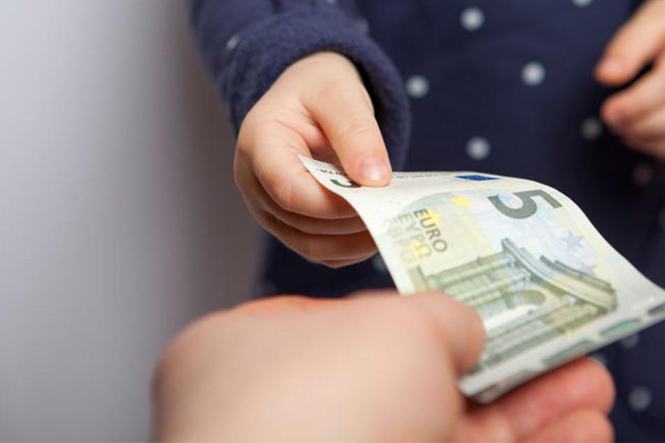 Nachdem der 23-Jährigen das Wechselgeld gegeben wurde, haute sie mit der Beute ab. (Symbolbild)