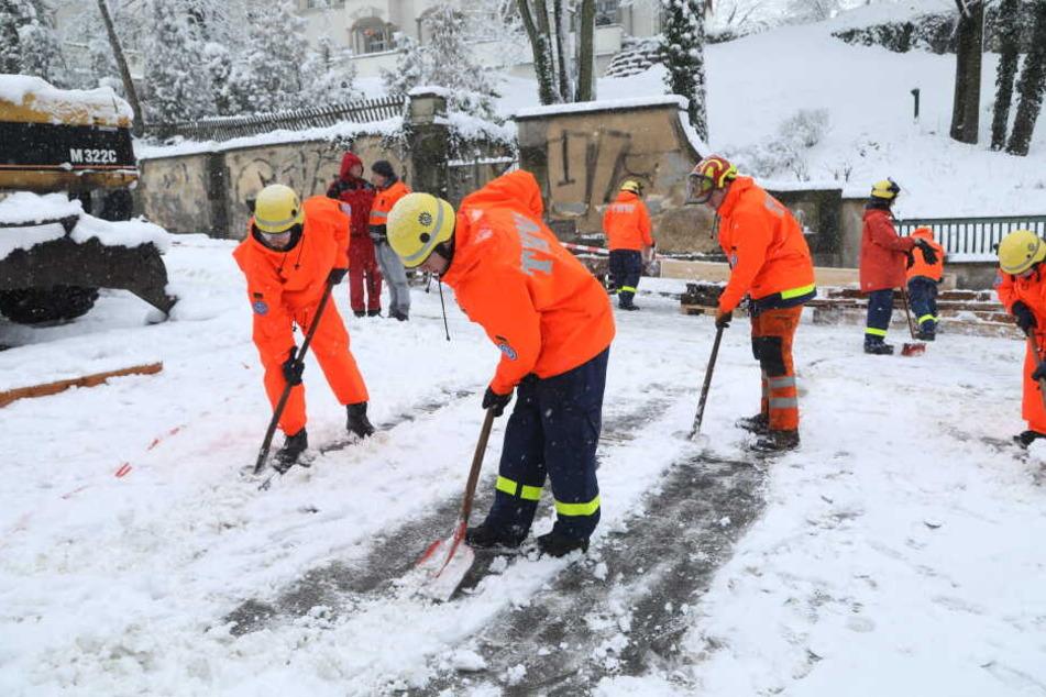 Schneechaos behinderte auch am Sonntag die Arbeiten des THW am Lahmann-Sanatorium.